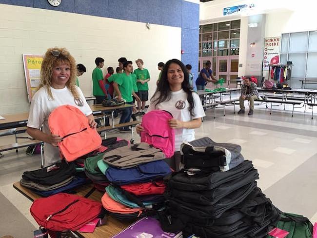 ESCUELA. La Fundación escoge una escuela local para llevar útiles escolares y ropa para estudiantes y sys familias.