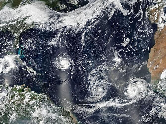 CLIMA. Imagen facilitada por la NASA que muestra los huracanes Florence, Isaac y Helene avanzando por aguas del Atlántico Norte