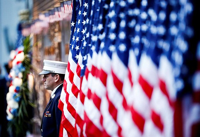NACIONAL. Un oficial participa en un homenaje por las víctimas de los atentados del 11 de septiembre de 2001 durante la jornada que marca el 17 aniversario de los ataques, en Nueva York, el martes 11 de septiembre de 2018