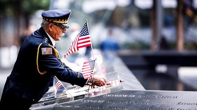 NACIONAL. Un oficial participa en un homenaje por las víctimas de los atentados del 11 de septiembre de 2001 durante la jornada que marca el 17 aniversario de los ataques, en Nueva York