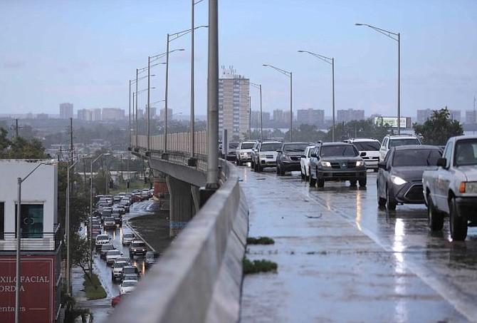 PUERTO RICO. Inundación y fuerte congestión vehicular en la avenida 65 de infantería
