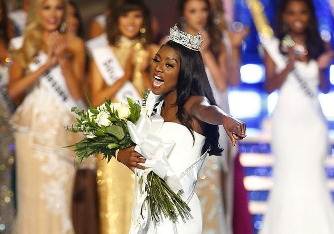 Representante Nueva York se corona Miss America sin desfilar en traje de baño