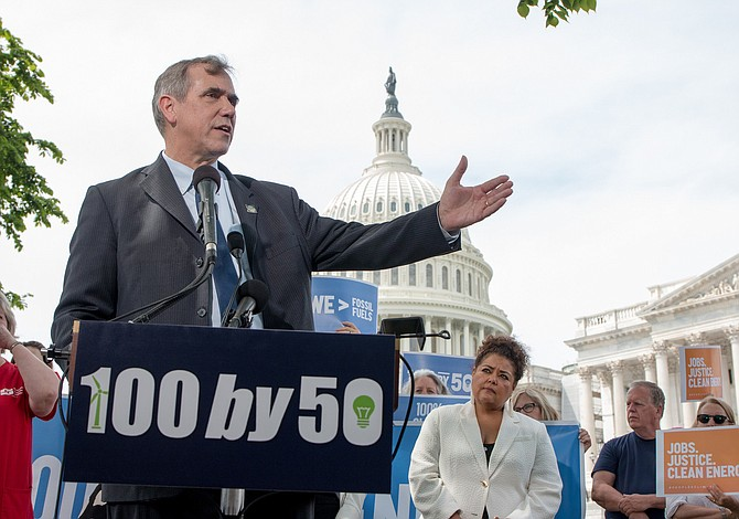 Senador denuncia que Trump desvió 10 millones de dólares de la FEMA al ICE