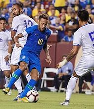 Neymar Jr. (c) en acción ante Jose Arturo Álvarez (i) y Alexander Mendoza (d) de El Salvador, el martes 11 de septiembre de 2018, durante un partido amistoso entre Brasil y El Salvador en el estadio FedEx Field en Landover