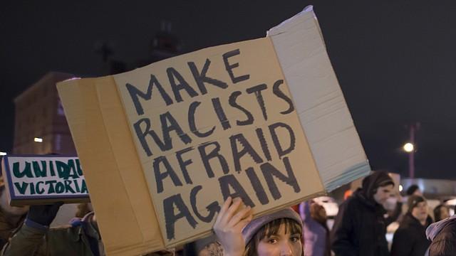 Joven protesta en contra de las políticas migratorias de Donald Trump.