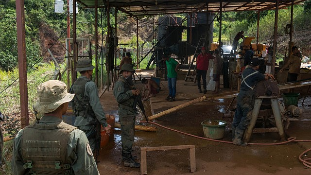 """VENEZUELA. La minería en Canaima y sus adyacencias tiene 5 actores fundamentales: los políticos, los militares, los mineros no indígenas, el hampa organizada o """"sindicatos"""" y los indígenas"""