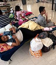 TIEMPO. Ciudadanos evacúan se refugian en la Burgaw Middle School, en Burgaw, Carolina del Norte, ante la inminente llegada del huracán Florence