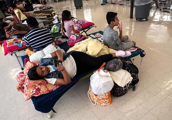 Prometen no detener a indocumentados que lleguen a refugios por paso de Florence