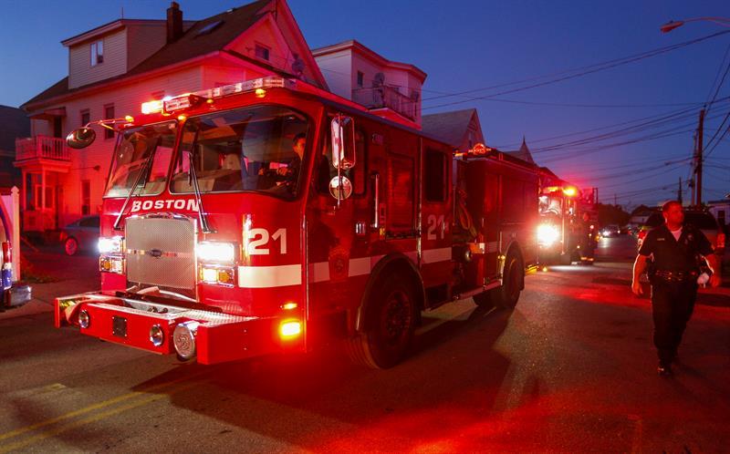 Un camión del Cuerpo de Bomberos de Boston patrulla la zona para identificar fugas de gas en Lawrence, MA