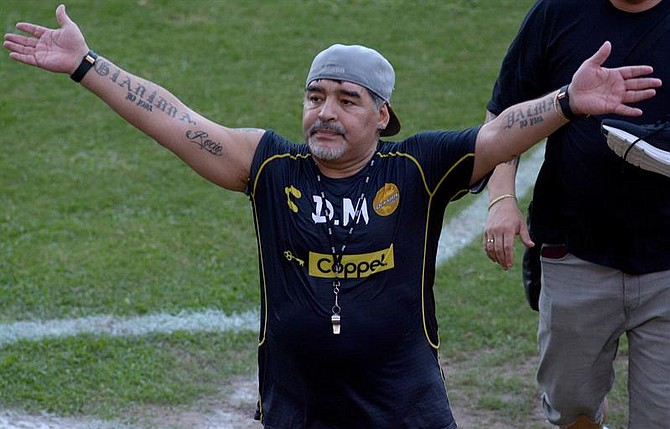 Maradona se traslada en vehículos blindados y cuenta con un equipo de seguridad las 24 horas.