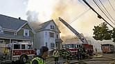 LAWRENCE - Bomberos combaten un incendio en Lawrence, Massachusetts, EE. UU., hoy 13 de septiembre de 2018. Una serie de explosiones de gas reportadas en ciudades al norte de Boston Massachusetts incendiaron casas y forzaron la evacuación obligatoria de los residentes.