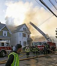 LAWRENCE - Bomberos combaten un incendio en Lawrence, Massachusetts, EE. UU., el 13 de septiembre de 2018. Una serie de explosiones de gas reportadas en ciudades al norte de Boston Massachusetts incendiaron casas y forzaron la evacuación obligatoria de los residentes.
