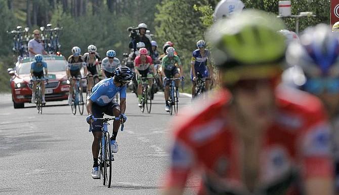 CICLISMO. El corredor colombiano del equipo Movistar Nairo Quintana (c) se descuelga del grupo del líder de la general Simon Yates (d), durante la subida al puerto de la Rabasa en la 19° etapa de La Vuelta 2018 disputada entre Lleida y Naturlandia en Andorra