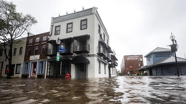 CLIMA. Las aguas altas inundan el mercado y las calles de agua mientras el huracán Florence llega a la costa en Wilmington, Carolina del Norte EE.UU.