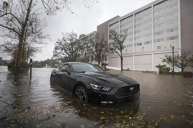 CLIMA. Aguas altas inundan un auto mientras el huracán Florence llega a tierra en el centro de Wilmington, Carolina del Norte EE.UU.