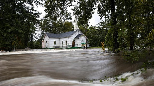 United States - Floodwaters from Hurricane Florence rush down Cool Spring Street, inundating the St. James Church in Fayetteville, North Carolina USA, 16 September 2018. The Cape Fear River Valley, like many other river systems in eastern North Carolina, are expected to flood at record levels. (Estados Unidos, Florence).