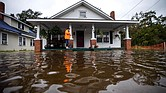 EE.UU. Dawn Davis se para en el porche de su casa mientras las aguas del huracán Florence crecen en Lumberton, Carolina del Norte