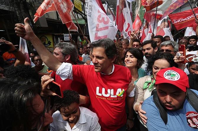RÍO DE JANEIRO - El candidato presidencial brasileño por el Partido de los Trabajadores, Fernando Haddad (c), realiza un acto de campaña hoy, viernes 14 de septiembre de 2018, en la favela Rocinha, en Río de Janeiro (Brasil). La Rocinha ha sido escenario de recientes disputas entre narcotraficantes.