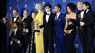 LOS ÁNGELES - El elenco de Game of Thrones posa con el Emmy a Mejor Serie Dramática durante la ceremonia anual de los Primetime Emmy Awards hoy, lunes 17 de septiembre de 2018, en el Microsoft Theater de la ciudad de Los Ángeles (EE.UU.). Los Primetime Emmy, los galardones más importantes de la pequeña pantalla, premian la excelencia en la programación de televisión en horario estelar.