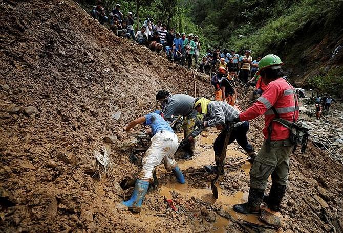 MUNDO. Miembros de los servicios de recate continúan con las labores de búsqueda de víctimas de un corrimiento de tierra causado por el tifón Mangkhut en la localidad de Ucab en el municipio de Itogon (Filipinas)
