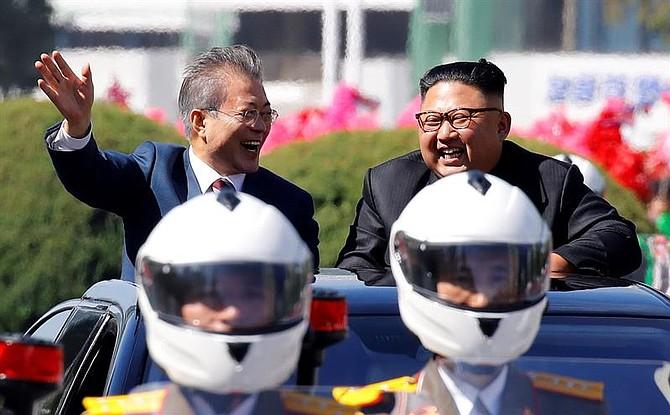POLÍTICA. El presidente surcoreano, Moon Jae-in y el líder norcoreano, Kim Jong-un ríen mientras saludan desde un vehículo en Pionyang