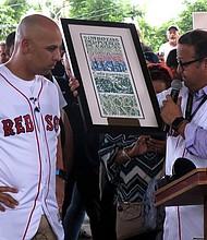 Alex Cora (Izq.) recibiendo un reconocimiento del alcalde de Caguas, William Miranda Torres durante un acto celebrado en La Mesa, Caguas, Puerto Rico. | FOTO: JORGE MUNIZ/EFE/EFEVISUAL