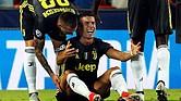 FÚTBOL. El delantero portugués de la Juventus, Cristiano Ronaldo, reacciona tras ser expulsado del primer partido de la fase previa de la Liga de Campeones