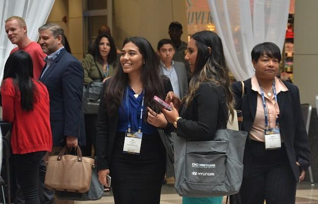 NETWORKING. Los asistentes concuerdan en que estos eventos los ayudan a establecer una red de contactos con otros jóvenes comprometidos con el cambio social.