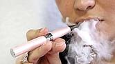 LA MISMA COSA. El cigarrillo electrónico es publicitado como alternativa para quienes buscan dejar el tabaco. Para la FDA son igual de dañinos.