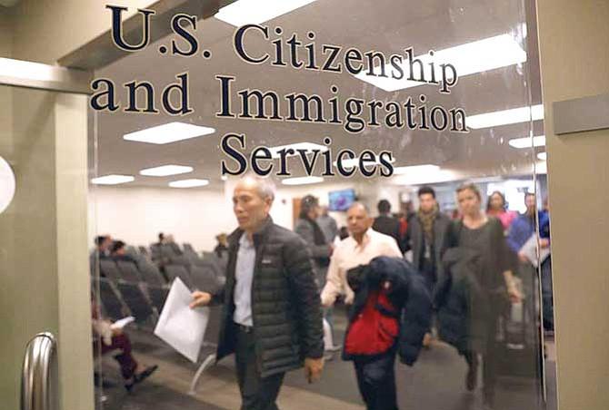 Demandan a USCIS por retraso en trámites de naturalización
