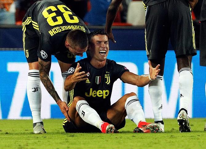 FÚTBOL. Cristiano Ronaldo (c), delantero portugués de la Juventus, reacciona tras ser expulsado del primer partido de la fase previa de la Liga de Campeones