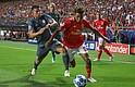 FÚTBOL. Gedson Fernandes de Benfica disputa un balón con James Rodríguez de Bayern