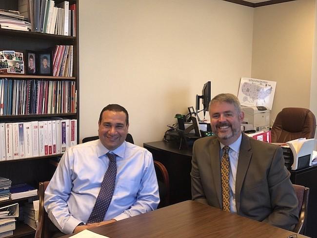 OPORTUNIDAD. Reynaldo Decerega (izq.) y Luis Maldonado (der.) dicen que HACU es la plataforma ideal para preparar a los estudiantes hispanos para trabajar en el gobierno federal.