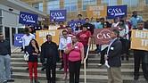 El miércoles pasado, decenas de salvadoreños acudieron a la Corte Federal de Greenbelt auspiciados por CASA de Maryland para organizar la demanda que llegó al despacho del juez Hazel, quien revisará el sustento de los alegatos presentados durante la primera audiencia en que las partes expusieron sus argumentos. | FOTO: TOMÁS GUEVARA