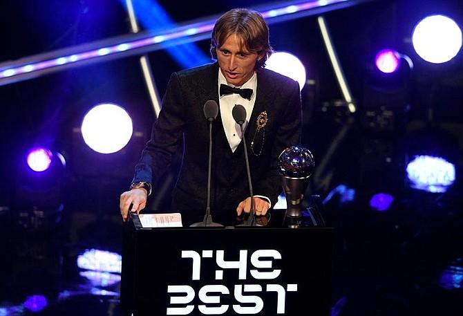 FÚTBOL. El jugador del Real Madrid, Luka Modric, recibe el premio 'The Best' de la FIFA a mejor jugador durante la entrega de premios ''FIFA the Best 2018''