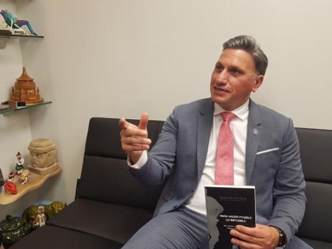 """AUTOR. El comisario Nicolás González Perrín con su primer libro """"Para hacer Posible lo Imposible"""" escribe sobre las diferentes maneras de combatir a la violencia en México."""