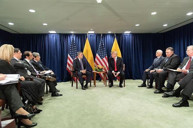 POLÍTICA. Fotografía cedida por La Casa Blanca, donde aparece el presidente estadounidense, Donald Trump (c-d), durante una reunión con su homólogo colombiano, Iván Duque