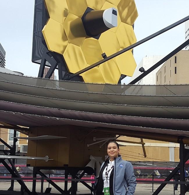 Ingeniera. Scarlin Hernández, nacida en República Dominicana, posando junto al modelo del telescopio espacial que será lanzado en el 2019, es una las poquísimas ingenieras que trabaja en el programa aeroespacial de la NASA.