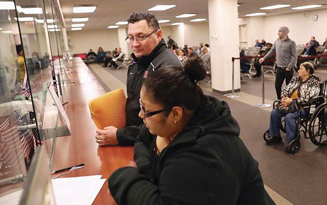 Quieren cancelar los permisos  de trabajo de las visas H4