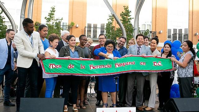 Comienzo. Jackie Reyes, directora de la Oficina de Asuntos de la Alcaldía, cortó la cinta que dio el inicio oficial de la celebración del Mes de la Herencia Hispana en Washington, DC.