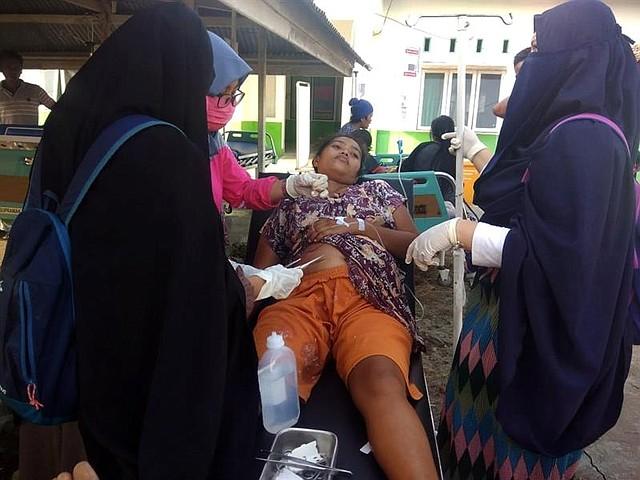 INDONESIA. Una persona es ayudada tras el primer sismo