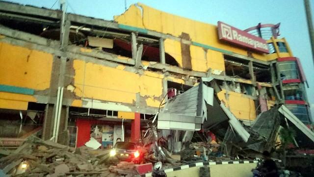 TEMBLOR. Vista de un edificio derrumbado tras un terremoto de magnitud 7,5 que sacudió la isla de Célebes, situada en el norte de Indonesia, el 28 de septiembre de 2018
