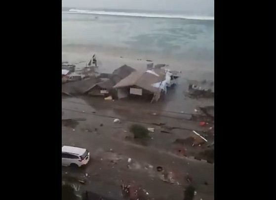 Registran en video el impacto del tsunami en la costa de Indonesia