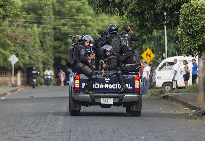 """MANAGUA. Miembros de la policía nacional de Nicaragua patrulla por un barrio durante una manifestación llamada """"Marcha en Rebeldía"""", el sábado 29 de septiembre de 2018"""