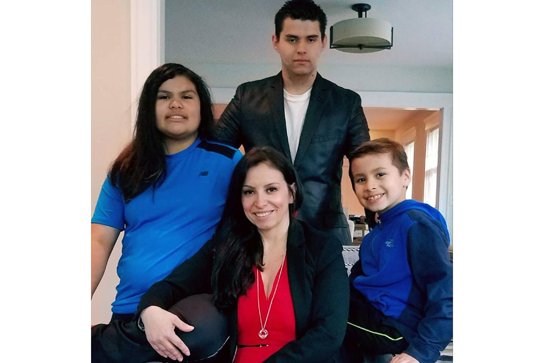 Maribel Rueda junto a sus hijos Mariana, Esteban y Luis en su casa en Boston