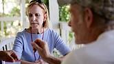Mary Horman, enfermera del condado de Clackamas, Oregon, le explica a un hombre los síntomas asociados con una infección por sífilis de larga data.