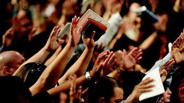 Testigos de Jehová rezando.