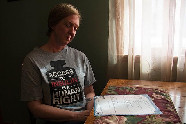 """""""No tendría que haber pasado"""", dijo Nicole Smith-Holt, de Richfield, Minnesota, mirando el certificado de defunción de su hijo Alec Raeshawn Smith, quien murió por una cetoacidosis diabética."""