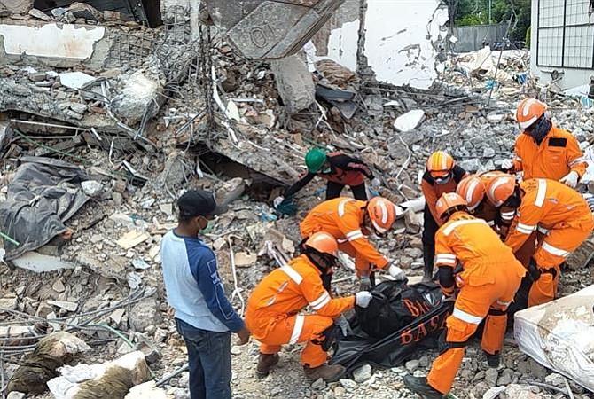Hallan a 34 niños muertos en zona de terremoto en Indonesia
