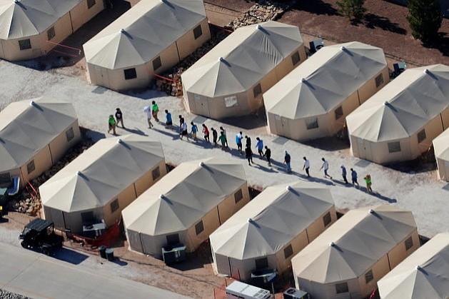 Hijos de inmigrantes son trasladados a campamento en Texas